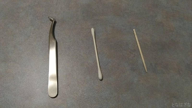 ピンセットと綿棒と爪楊枝